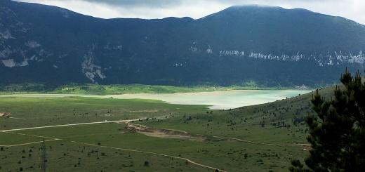 Der Blick auf Blidinje-See vom Berg Veliki Vran aus (Foto: balkablogger.com)
