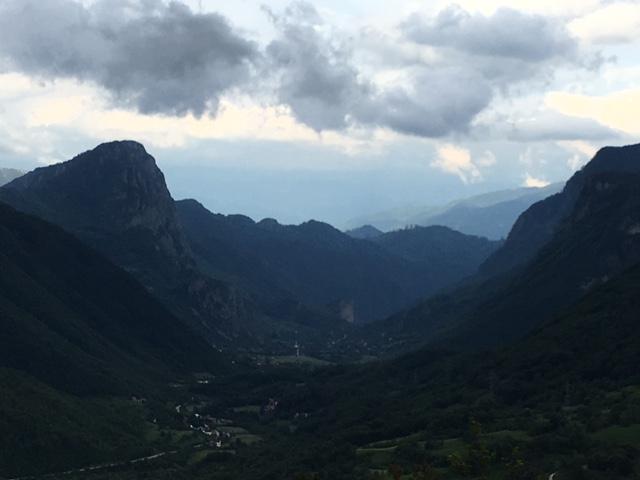 Auf dem Weg nach Blidinje fährt man an wundervollen Aussichtspunkten vorbei. Bei Obruc blickt man in unendliche Canyons (Foto: balkanblogger.com)
