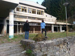 Die Kameramänner Zoran und Dusan Solomun vor einer ehem. kulturellen institution in Prijedor/Bosnien-Herzegowina (Foto: Rüdiger Rossig)