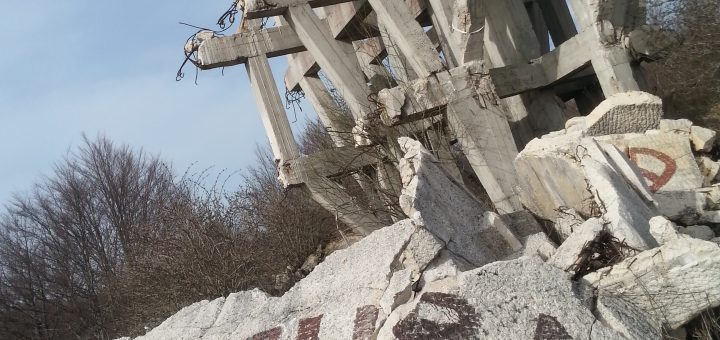 Ein zerstörtes Partisanen-Denkmal in Rama-Prozor/Bosnien-Herzegowina (Foto: Rüdiger Rossig)