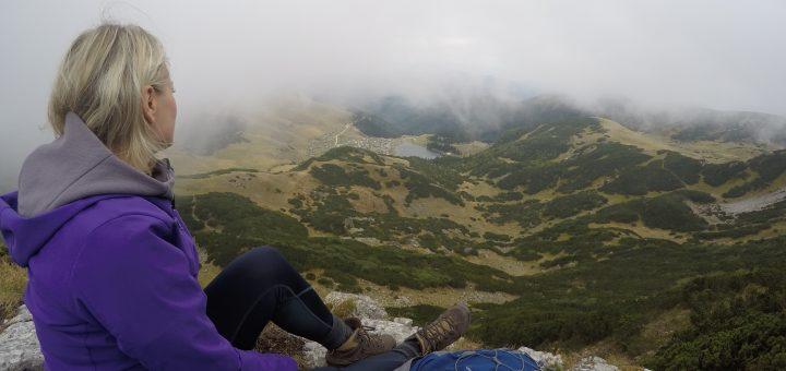 Wenn man keine Höhenangst hat, ist dieser Punkt der Beste Ausblick auf den herzförmigen See Prokosko Jezero (Foto: Superb Adventures Tours)