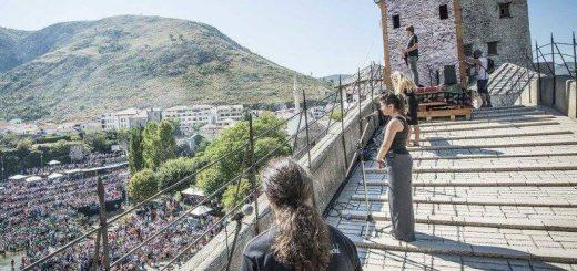 Weltweit hören Menschen den Talenten zu: Auftritt beim Red Bull Cliff Diving in Mostar (Foto: Mostar Rock School)